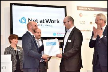 Stefan Cink (rechts), Produktmanager bei Net at Work, nimmt den FP Award für das Secure E-Mail-Gateway NoSpamProxy im Rahmen der CeBIT 2015 entgegen.