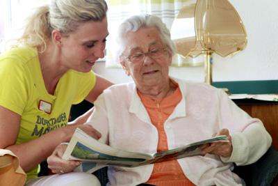 Seit Einführung der abgespeckten Pflegedokumentation hat Wohnbereichsleiterin Katharina Hüls mehr Zeit für die Bewohner. ©cpd / Plamper