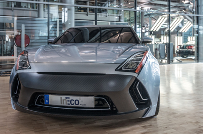 Foto (TU Dresden): Prototyp eines Elektroautos mit Ultraleicht-Karosserie: Dank eines Mix aus Stahl und Kohlefaser wiegt das komplette fahrbereite Demonstrationsmodell weniger als 900 Kilogramm.