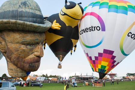 """Ab durch die Mitte: Die Wespe """"Yellow Jacket"""" lässt sich vom Neuling van Gogh und dem voll besetzten """"covestro""""-Ballon nicht die Show stehlen."""