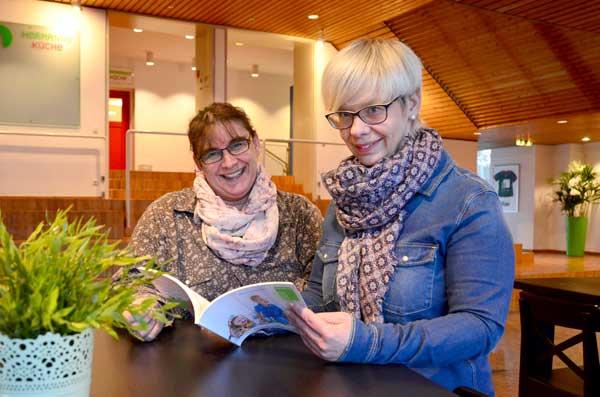 Stefanie Eck (links) und Melanie Mahr nehmen gemeinsam an der Zertifikatsfortbildung zum Thema Kita-Leitung im Bielefelder Bildungszentrum Haus Neuland teil.