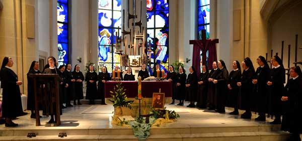 Zur Eröffnung des Provinzkapitels der Franziskanerinnen Salzkotten versammelten sich am Sonntag die Kapitularinnen um den Altar in der Mutterhauskirche. ©Michael Bodin / presse-fcjm