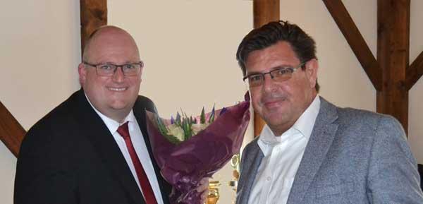 Rüdiger Rock CDU OU Büren (r.) bedankt sich bei Jens Meschede Kämmerer der Stadt Büren(l.)