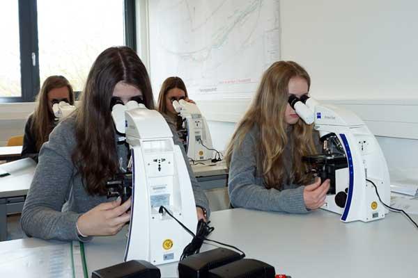 Die Schülerinnen lernten die Mikroskopie im Labor für Siedlungswasserwirtschaft kennen. ©Hochschule OWL