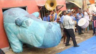 Ein Nilpferd packt die Koffer