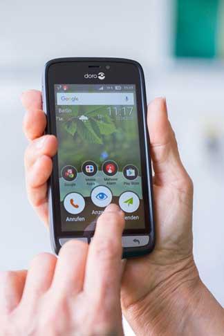 Das Malteser Smartphone hat eine vorinstallierte Notruf-App.