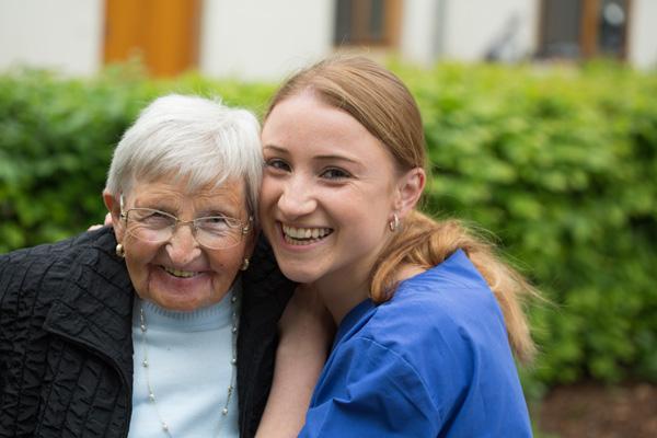 Larissa Kröger ließ sich mit der Kamera durch ihren Alltag im St. Josef Seniorenhaus Bökendorf begleiten. ©Veit Mette