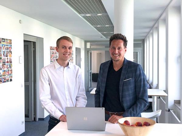 Philipp zur Heiden, Stipendiat der Stiftung OWL Studienfonds mit seinem Förderer Ferdinando Piumelli, Geschäftsführer der mindsquare GmbH
