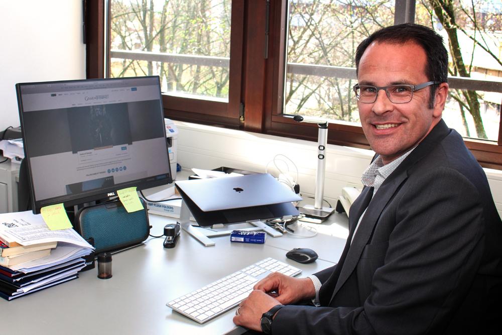 Prof. Dr. Ralf Adelmann an seinem Schreibtisch.
