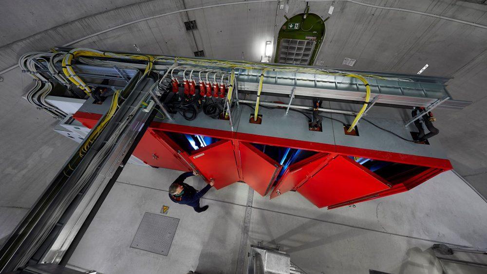 Aufnahme von oben auf eine Windkraftanlage bzw. Schaltschränke.