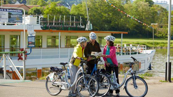 Schiff der Flotte Weser mit Radfahrern