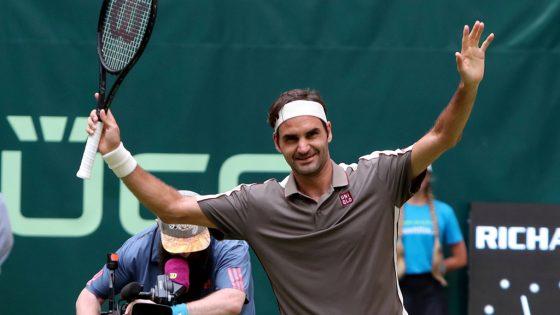 Federer streckt vor Freude die Arme nach oben.