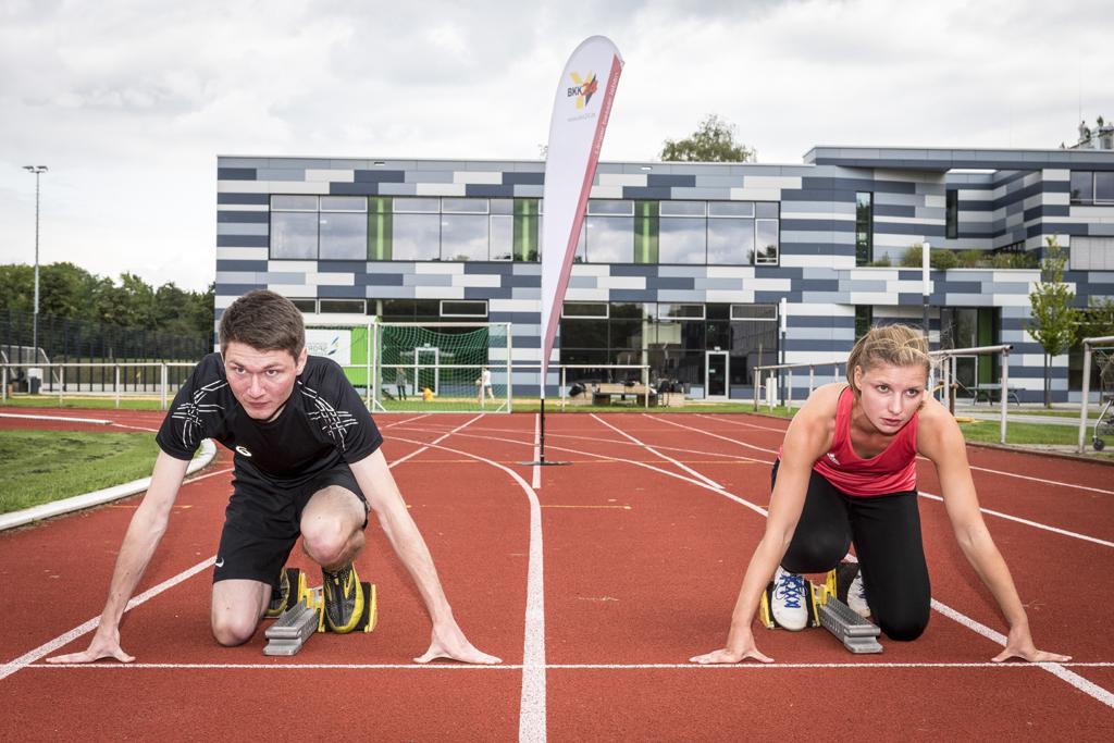 Läufer und Läuferin am Start