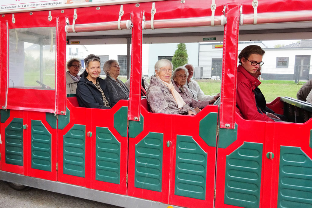 Fahrgäste im Walibo Express