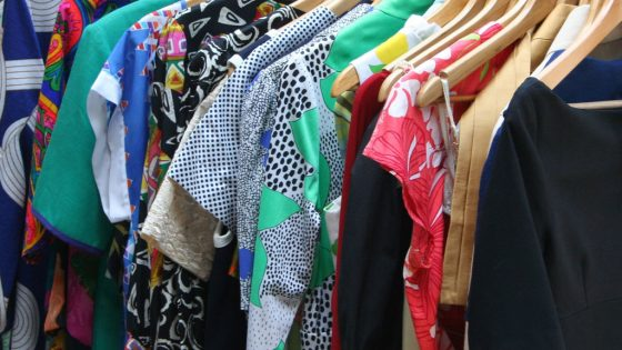 Kleider auf Kleiderbuegeln.