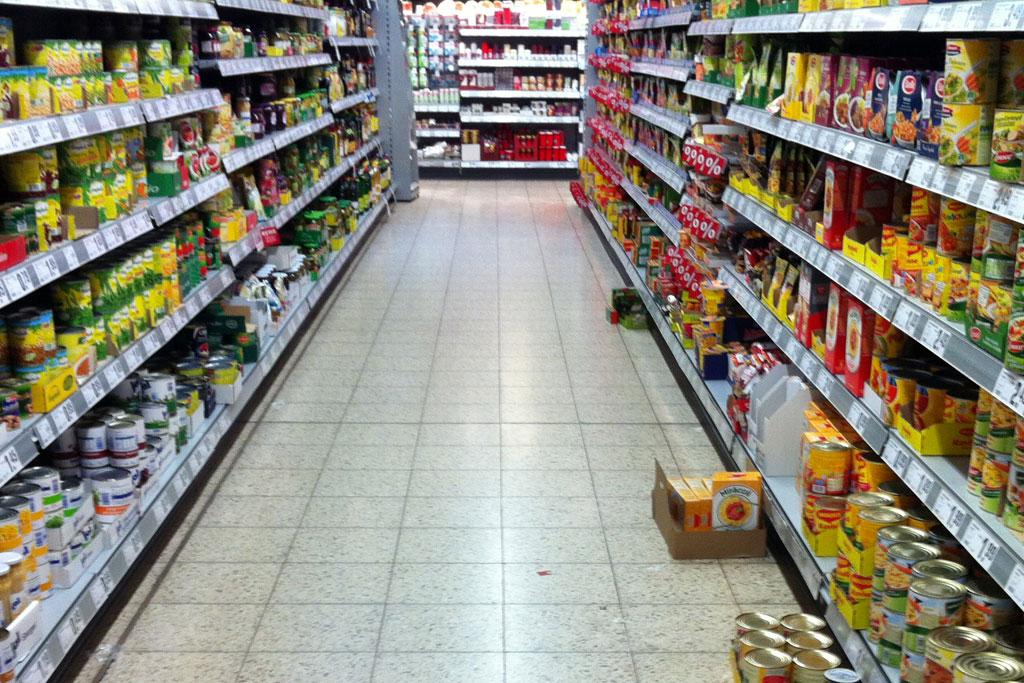 Regale im Supermarkt