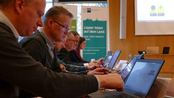 Die Teilnehmer an den Laptops.