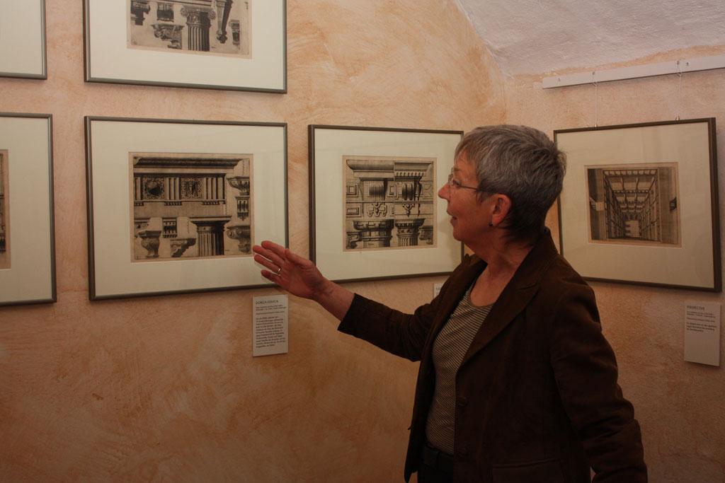 Dr. Vera Lüpkes zeigt die Ausstellung.