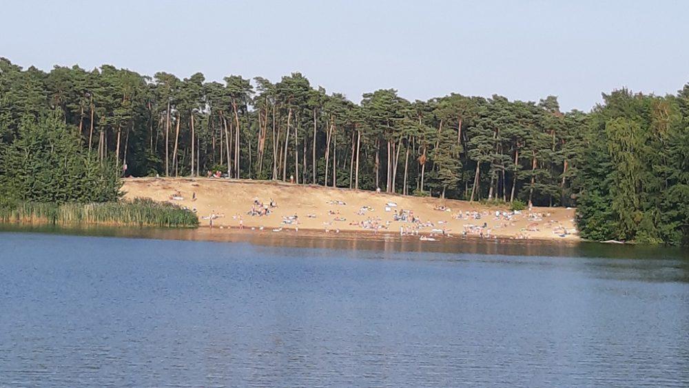 Habichtsee Sandstrand und im Vordergrund Wasser