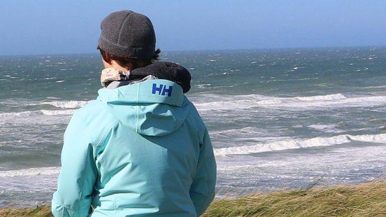 Person schaut aufs Meer