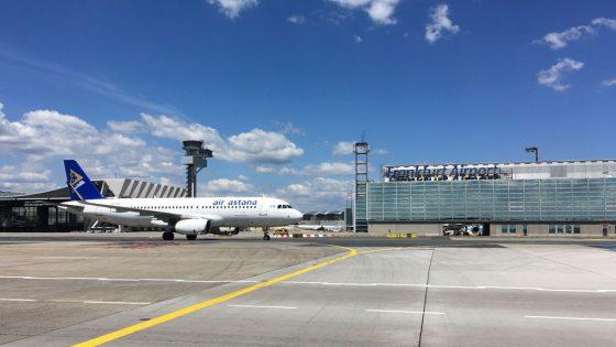 Air Astana Flugzeug auf Rollfeld