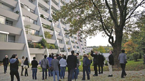 Gruppe vor einem Gebäude.
