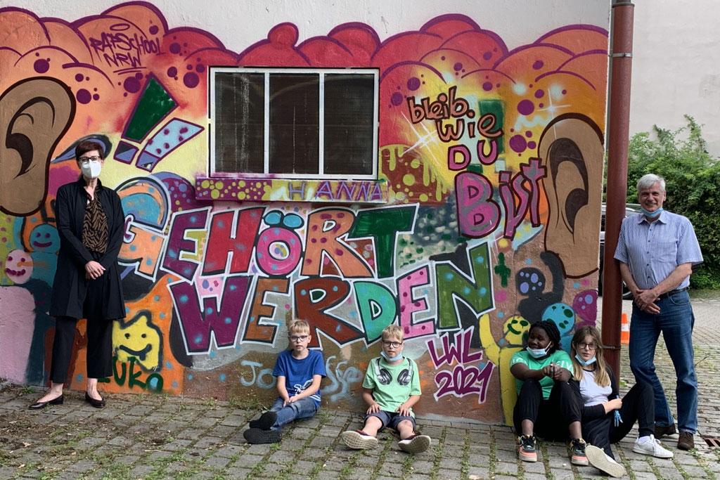 Gruppenfoto vor einer Graffiti-Wand