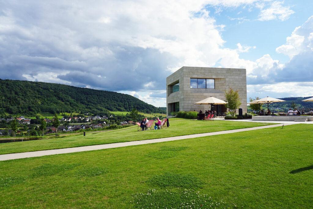 Weingut modern auf Hügel